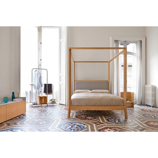 dormitorio con Cama con dosel Breda madera de roble de Punt Mobles