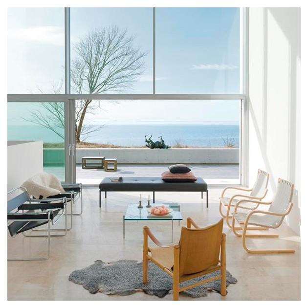 salon con sillones 406 de Artek cinchas color natural/blanco