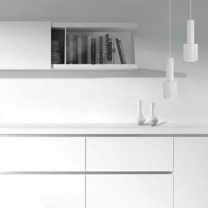 Habitación con Lámpara de suspensión A110 de Artek color blanco