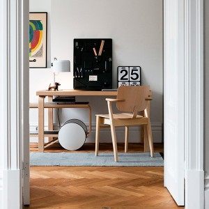 Habitación con Tea Trolley 901 abedul bandejas linóleo negro de Artek