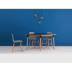 Habitación azul con colección de mesas y sillas Form de Normann copenhagen