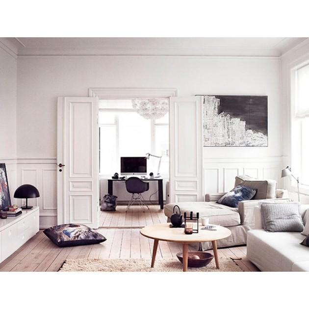 Ambiente interior con mesa CH008  diámetro 88 cm en haya barniz de Carl Hansen. Disponible en Moisés showroom