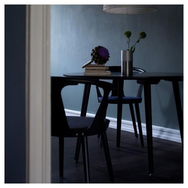 detalle habitación con Silla SK2 In between tapizada &Tradition
