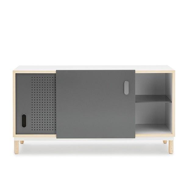 detalle puerta abierta Aparador Kabino Sideboard color gris de Normann Copenhagen.