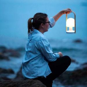 chica con lámpara FollowMe Marset