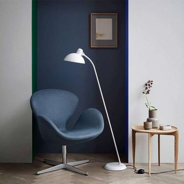 Hall con Lámpara de Pie Kaiser de Fritz Hansen color blanco