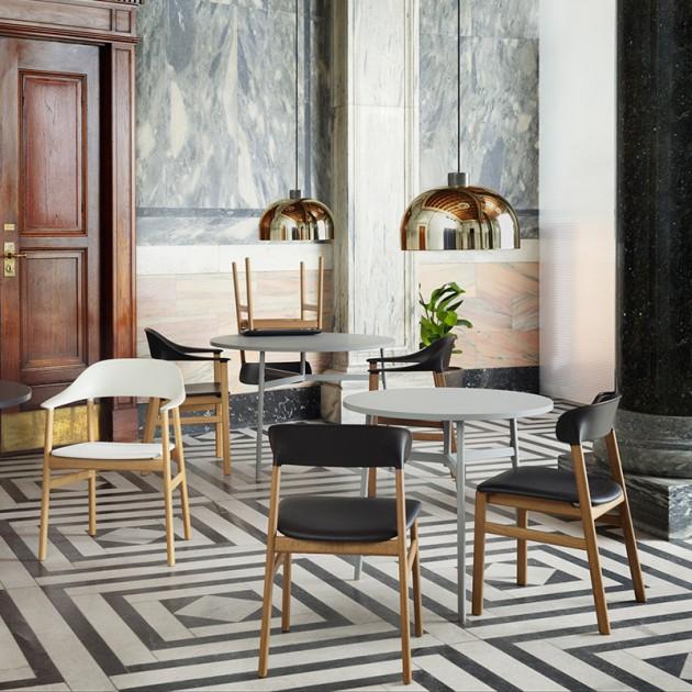 comedor con Sillas Herit Armchair de Normann Copenhagen en Moises Showroom