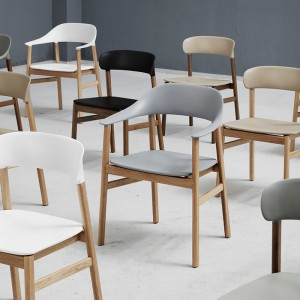 Sala de conferencia con Herit Chair de Normann Copenhagen en Moises Showroom