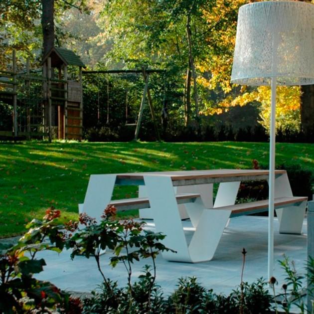 Mesa Hopper Picnic color blanco madera hellwood en ambiente jardín
