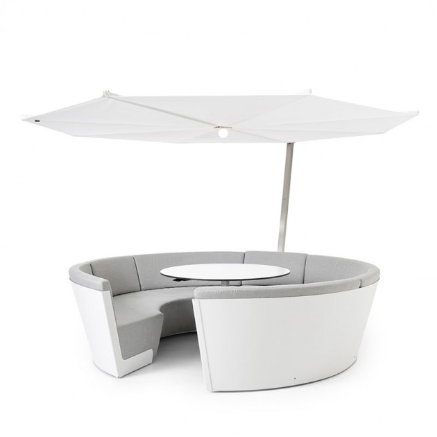 Composición Kosmos con asientos bajos y mesa fija color gris y parasol Inumbrina de Extremis, disponible en Moisés showroom