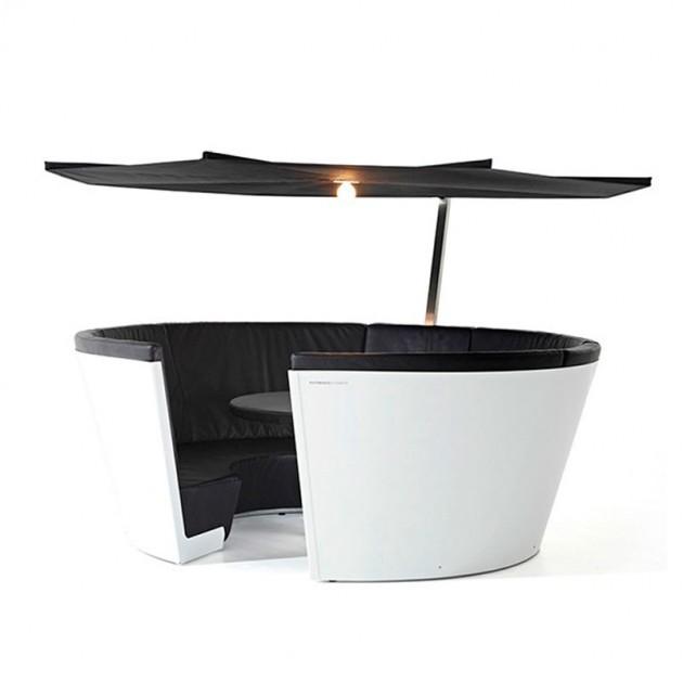 Composición Kosmos con asientos bajos color negro y parasol Inumbrina de Extremis, disponible en Moisés showroom