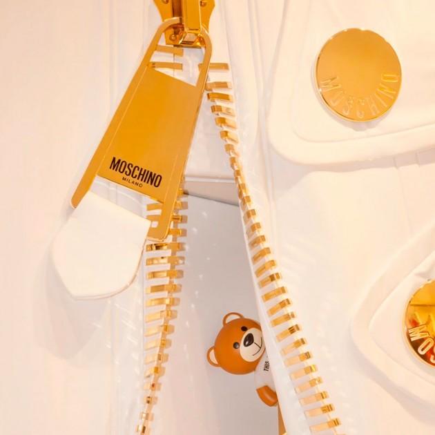 Lámpara de mesa TOY de Kartell con chaqueta Moschino. Disponible en Moisés Showroom