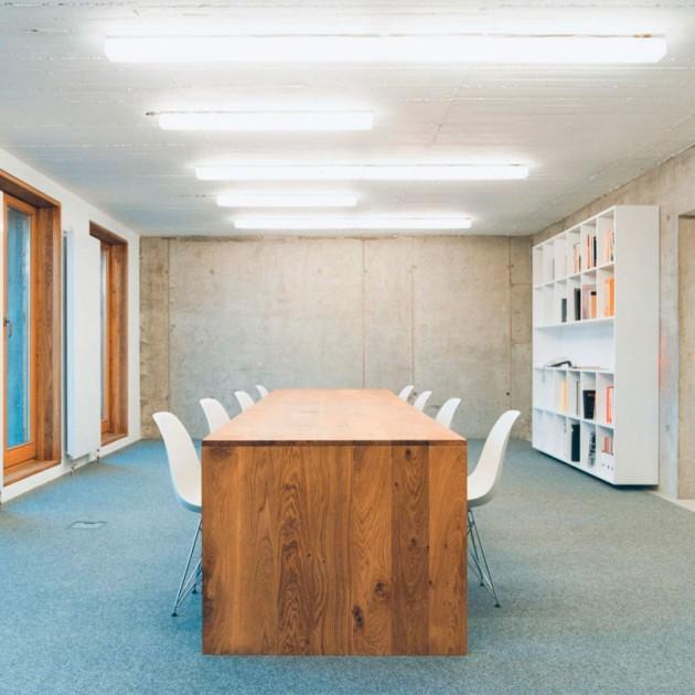 Ambiente estudio con Mesa Ponte en roble macizo de E15. Disponible en Moisés showroom