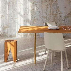 Ambiente reunión con Mesa Anton tablero roble patas oro de E15. Disponible en Moisés Showroom
