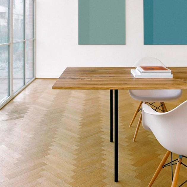 Ambiente con Mesa Anton tablero roble patas acero negro de E15 y silla Vitra Eames. Disponible en Moisés Showroom