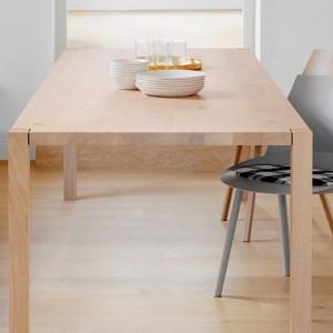 Ambiente comedor Mesa Sloane en roble pigmentado blanco encerado de E15. Disponible en Moisés showroom