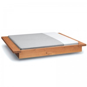 Cama Noah en nogal aceitado de E15. Disponible en Moisés showroom