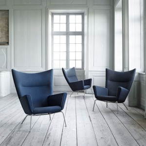 Ambiente interior con sillones wing chair de carl Hansen. Disponible en Moisés showroom