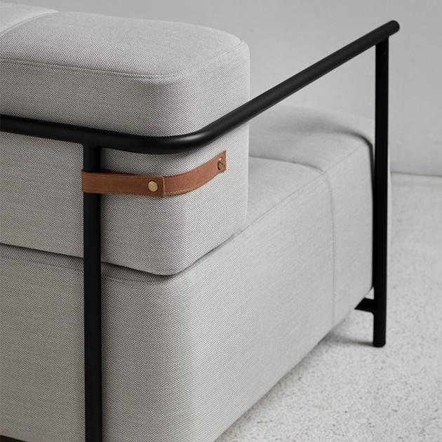 Detalle cinta Sofá cama Daybe con brazos color gris claro de Northern. Disponible en Moisés showroom