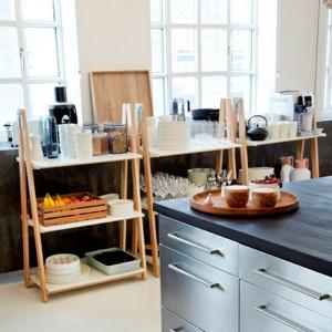 cocina con Estantería Step Up Bookcase baja de  Normann Copenhagen.