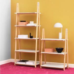 interior con Estanterías One Step Up Bookcase color blanco de Normann Copenhagen