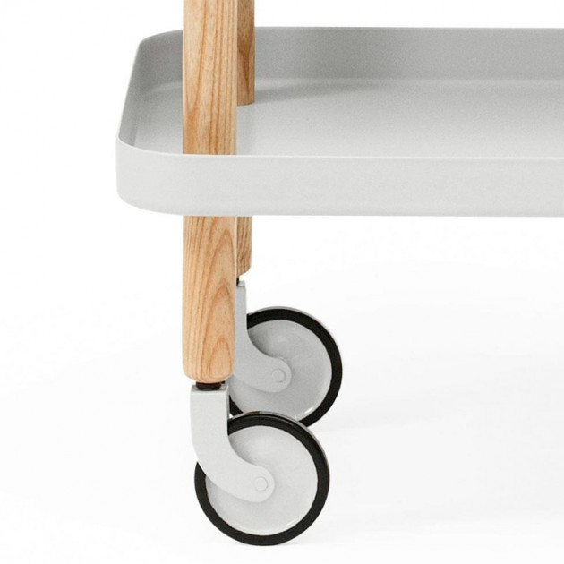 detalle rueda Carrito Block Table color blanco y roble de Normann Copenhagen.
