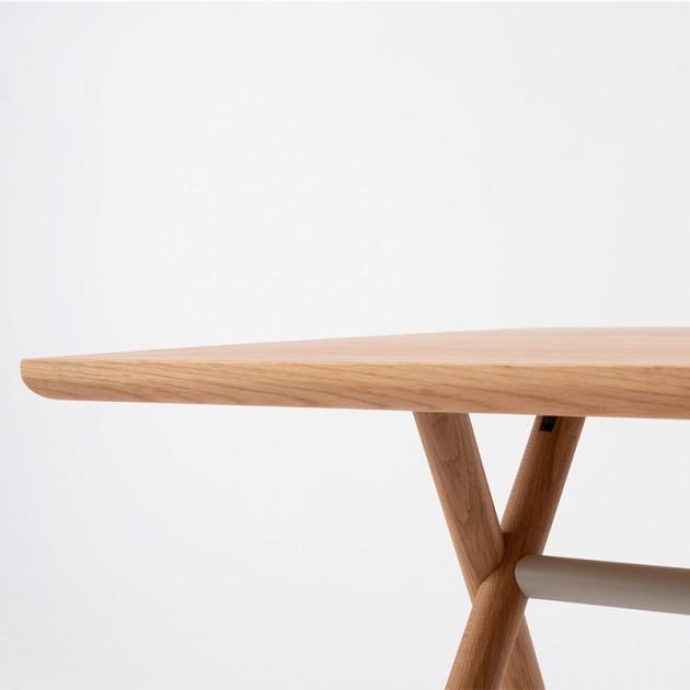 Detalle tablero y patas cruzadas de mesa Bai Madera Ondarreta