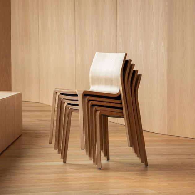 Ambiente 1 silla apilable Silu de Ondarreta en Moises Shworoom