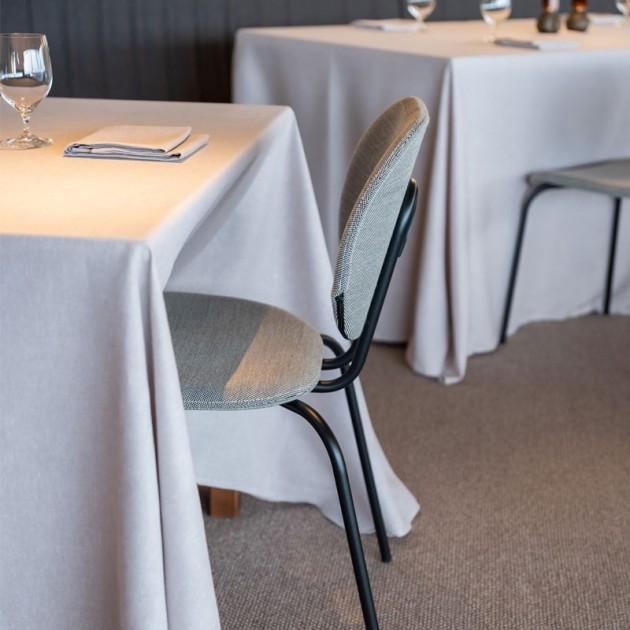 Restaurante con silla Hari tapizada de Ondarreta en Moises Showroom