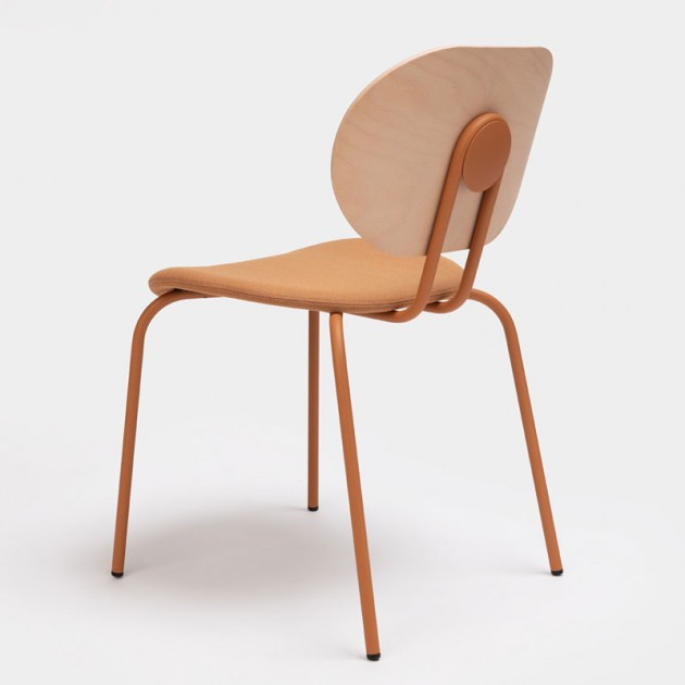 Trasera silla Hari respaldo de madera de Ondarreta en Moises Showroom