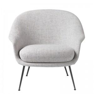Frente Bat Lounge chair con respaldo bajo color gris de Gubi en Moises showroom