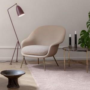 Ambiente Bat Lounge chair con respaldo bajo de Gubi en Moises showroom