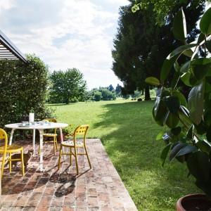 jardín con Mesa de exterior First diámetro 80 blanca de Magis