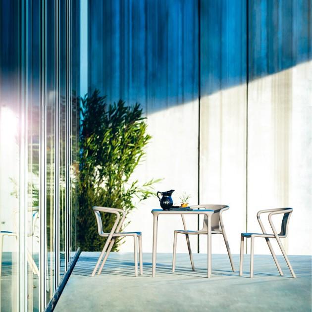 terraza exterior con Mesa cuadrada Air de Magis beige