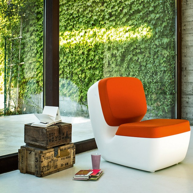 salón con Sillón Nimrod Magis blanco tapicería naranja