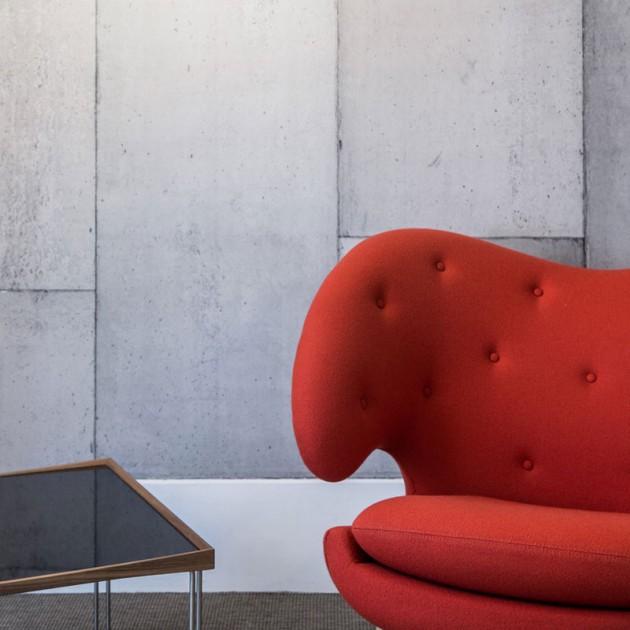 Sillón Pelican Chair rojo con botones de House of Finn Juhl en Moises Showroom