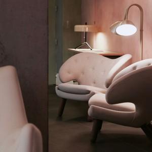 Sillón Pelican Chair con botones de House of Finn Juhl en Moises Showroom