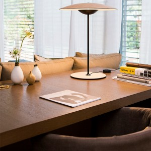 escritorio con lámpara sobremesa Ginger M Marset