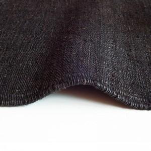 detalle ambiente alfombra Vegetal Nanimarquina negra