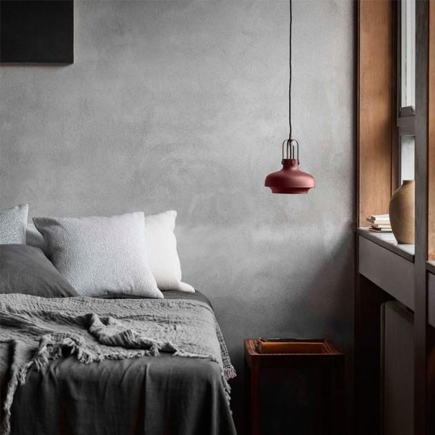 dormitorio con Lámpara suspensión Copenhagen SC6 &Tradition ciruela