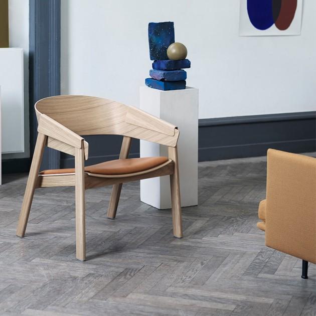 Butaca Cover Lounge Chair roble y piel cognac de Muuto en Moises Showroom
