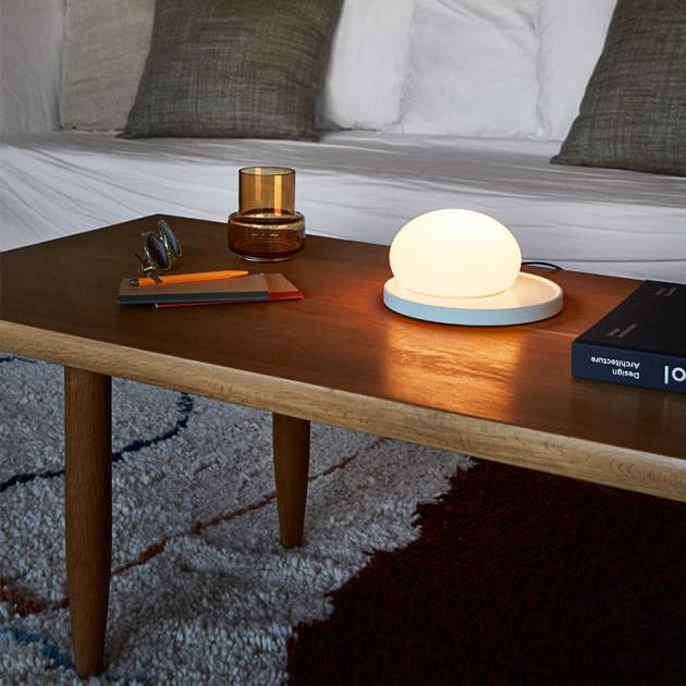 mesa de centro con lámpara sobremesa Bolita Marset