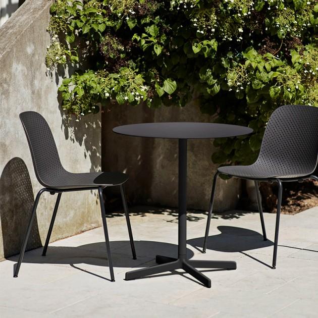 Silla 13Eighty chair HAY negra en el jardin