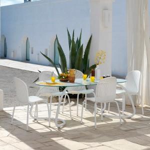 terraza con pack mesa Lotto 190 y sillas Ninfea Nardi blanco
