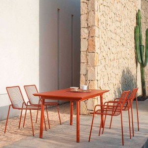 exterior con mesa extensible Plus 4 Balcony Emu ambiente