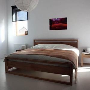 Dormitorio con la cama Light Frame en madera de Teca y mesillas de roble. Ethnicraft