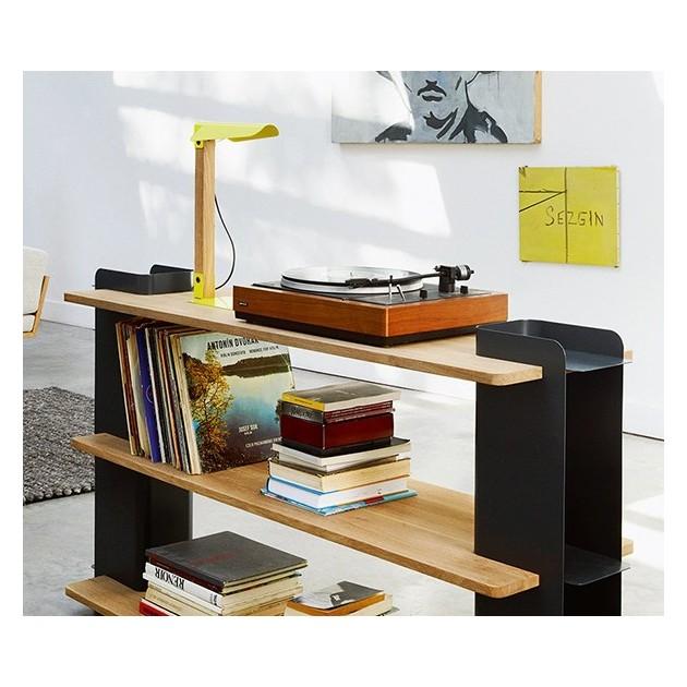 Ambiente cálido creado con la lámpara de sobremesa Merlin amarilla de Ethnicraft.